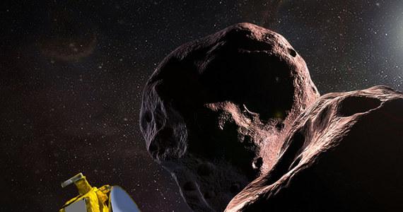 Sonda New Horizons ustanowiła nowy kosmiczny rekord. Próbnik, który trzy lata temu zachwycił świat zdjęciami Plutona i jego księżyców, odwiedził teraz obiekt krążący jeszcze 1,5 miliarda kilometrów dalej od Słońca. O 6:33 czasu polskiego New Horizons przemknęła 3500 kilometrów od planetoidy z obszaru tak zwanego pasa Kuipera, nazwanej Ultima Thule (2014MU69). Olbrzymia odległość od Ziemi sprawiła, że na nadejście sygnału, który to potwierdził, trzeba było czekać wiele godzin. NASA ogłosiła, że sygnał został odebrany, a dane wskazują, że aparatura sondy pracuje normalnie. Trwa oczekiwanie na pierwsze zdjęcia. Najnowsze z opublikowanych zdjęć sprzed przelotu wskazuje, że Ultima Thule może mieć kształt... orzeszka ziemnego.