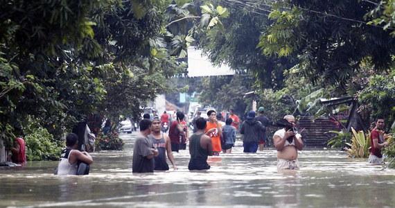 Co najmniej 85 osób zginęło, 40 osób jest rannych, 20 uznano za zaginione na skutek powodzi i osunięć ziemi, do których doszło po przejściu burzy Usman. Ponad 190 tys. osób zostało zmuszonych do opuszczenia swych domów - podało EFE w środę.