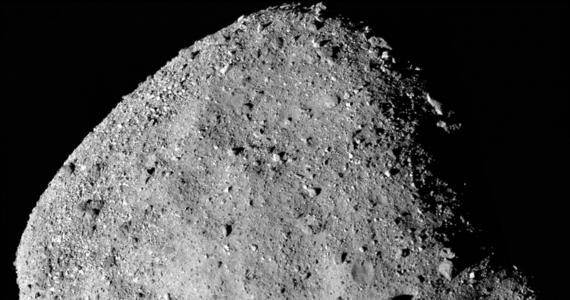 Nieco w cieniu sukcesu sondy New Horizons, która w Nowy Rok przeleciała obok planetoidy Ultima Thule, najdalszego kosmicznego obiektu, który doczekał się wizyty próbnika z Ziemi, NASA dokonała przełomowego manewru także wokół zupełnie innej planetoidy. Dzięki niemu, w sylwestrowy wieczór sonda OSIRIS-REx weszła na orbitę planetoidy Bennu o średnicy zaledwie około 500 metrów. To najmniejsze do tej pory ciało niebieskie, wokół którego krąży pojazd zbudowany przez człowieka.
