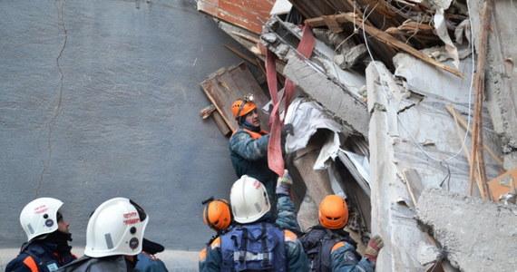 Liczba ofiar częściowego zawalenia się bloku mieszkalnego w Magnitogorsku wzrosła do 37. Los 8 osób pozostaje nieznany - poinformowało w nocy ze środy na czwartek ministerstwo ds. spraw nadzwyczajnych Rosji. Akcja ratunkowo-poszukiwawcza trwa.