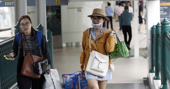 Dziesiątki tysięcy przebywających w Tajlandii turystów opuściło w ostatnich dniach wyspy leżące w Zatoce Tajlandzkiej w związku z nadchodzącą burzą tropikalną Pabuk. Anulowano niektóre loty na wyspy; zawieszono kursy promów.