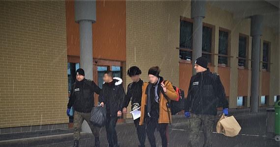 Pięcioosobową grupę imigrantów z Iraku zatrzymał w okolicach Krościenka patrol Straży Granicznej. Cudzoziemcy nielegalnie przekroczyli granicę z Ukrainy do Polski.