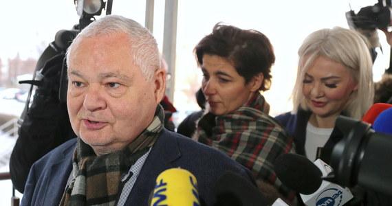 """Ponad 5 godzin trwało przesłuchanie prezesa NBP w Prokuraturze Krajowej w Katowicach. Prof. Adam Glapiński jako świadek odpowiadał na pytanie śledczych w związku z aferą w Komisji Nadzoru Finansowego. Po wyjściu z prokuratury niewiele powiedział czekającym na niego dziennikarzem. """"Wszyscy jesteśmy zainteresowani tym, żeby to wszystko zostało dogłębnie zbadane"""" - oświadczył."""
