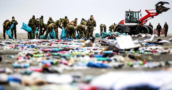 Wielka akcja sprzątania na plażach holenderskiej wyspy Terschelling na Morzu Północnym trwa od wczoraj. Rozsiane są na niej setki tysięcy zabawek, części garderoby, obuwia, żarówek, części samochodowych i odbiorników telewizyjnych.