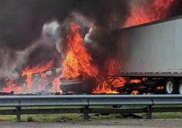 Na autostradzie zderzyły się ciężarówki. Auta stanęły w ogniu