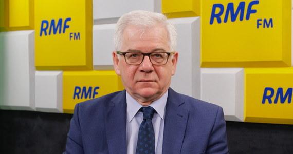 """""""Powiedziałem tak w wywiadzie, mając na myśli, że (Donald Tusk) jest nieformalnym reprezentantem Niemiec. Nie jest reprezentantem Polski w tym sensie, że Polska miała swojego kandydata – Jacka Saryusz-Wolskiego"""" – tak szef polskiej dyplomacji Jacek Czaputowicz wyjaśnił w rozmowie z Krzysztofem Ziemcem w RMF FM swoje głośne słowa o tym, że Donald Tusk jest w Radzie Europejskiej przedstawicielem Niemiec. Jak dodał: """"Donald Tusk został wybrany w sposób legalny, natomiast na pewno nie jest reprezentantem Polski"""". Dopytywany, czyim w takim razie Tusk jest reprezentantem, Czaputowicz odparł: """"No właśnie, to jest dobre pytanie""""."""