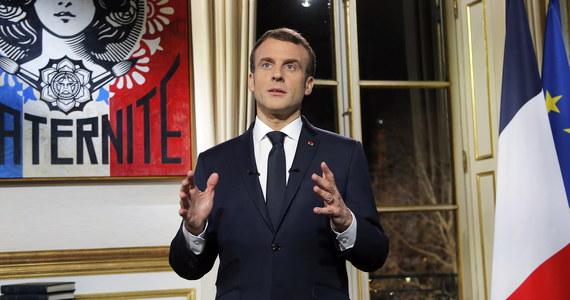 """Prezydent Francji Emmanuel Macron potępił """"skrajną przemoc"""", do jakiej doszło podczas sobotnich protestów ruchu """"żółte kamizelki"""", w których w całym kraju wzięło udział około 50 tys. ludzi. """"Sprawiedliwość zostanie wymierzona"""" - zapewnił prezydent."""