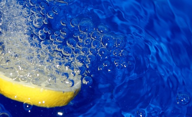 Woda z cytryną działa na nasz organizm jak cudowny eliksir. Pozwala pozbyć się wielu dolegliwości. Jakich? Lista zalet napoju jest naprawdę długa!