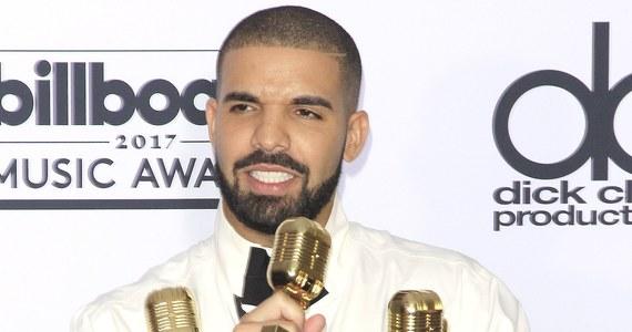 Znany amerykański raper Drake może mieć kłopoty. W mediach społecznościowych pojawiło się nagranie sytuacji, w której całuje 17-latkę na koncercie. Fani piosenkarza są zszokowani.