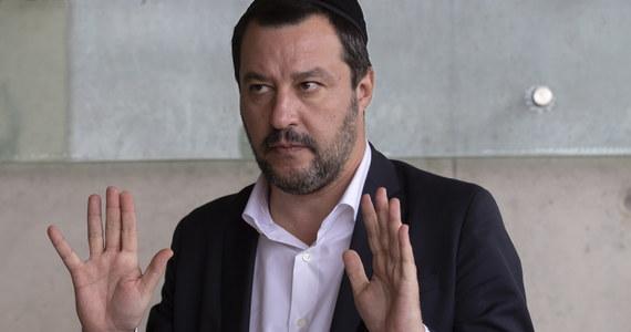 Szef MSW Włoch, wicepremier Matteo Salvini wykluczył możliwość przyjęcia migrantów z dwóch statków czekających na Morzu Śródziemnym na zgodę na wpłynięcie do jednego z portów w Europie. O udzielenie pomocy 49 migrantom zaapelował papież Franciszek.