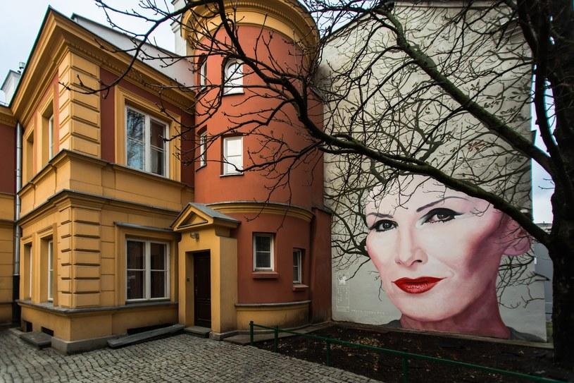 """""""Żywy"""" mural z portretem Kory powstał przy ul. Nowy Świat w Warszawie."""