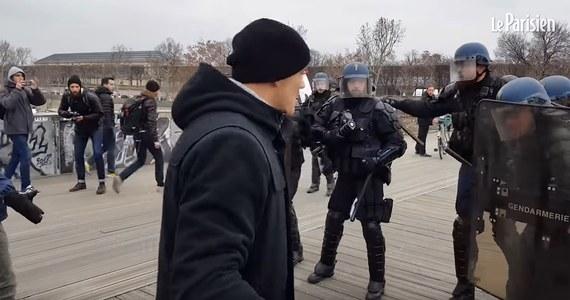 Francuska policja ustala tożsamość sprawców szturmu na biuro rzecznika rządu, do którego doszło podczas sobotniego protestu żółtych kamizelek w Paryżu. Poszukiwany jest również były mistrz Francji w boksie, który atakował pięściami, funkcjonariuszy oddziałów szturmowych w pełnym rynsztunku bojowym.