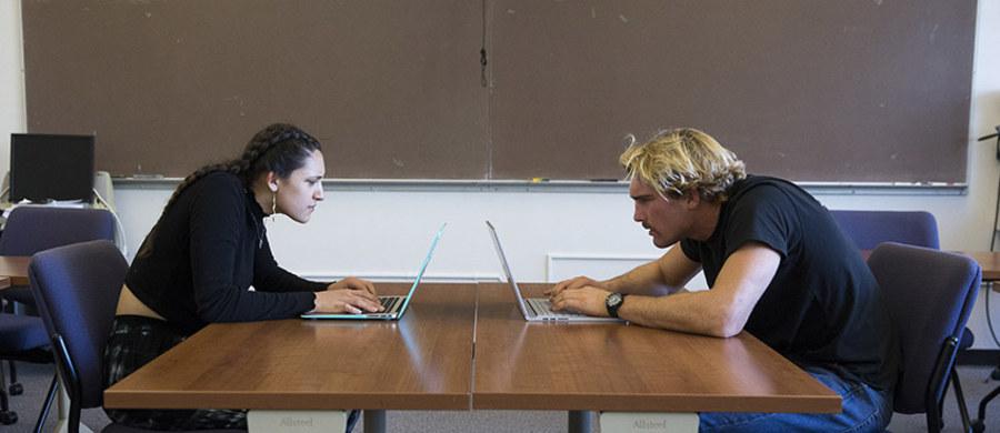 """Od kilku godzin pracujesz przed komputerem? Czujesz się już zmęczony? Pomyśl przez chwilę o swojej głowie. Dokładnie o tym, czy na pewno masz ją na karku. Naukowcy z Uniwersytetu w San Francisco przekonują na łamach czasopisma """"Biofeedback"""", że nieprawidłowe ułożenie głowy podczas pracy przy komputerze bywa częstą przyczyną zmęczenia, bólu głowy, kłopotów z koncentracją. Sugerują, by trzymać głowę pionowo, nie wychylać jej do przodu. I jeśli trzeba, kupić okulary."""