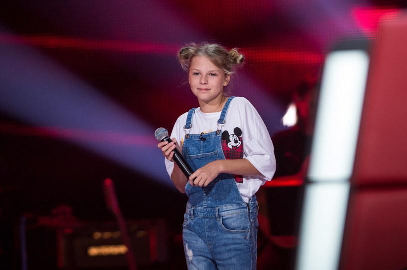 """Brawurowym wykonaniem utworu Justina Biebera """"Let Me Love You"""" Oliwia Walicka odwróciła w """"The Voice Kids"""" dwa fotele i podbiła serca widzów."""