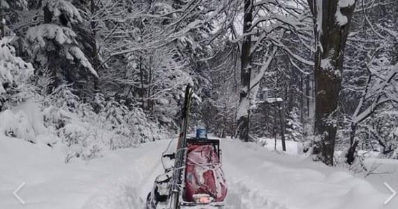 Dwóch skiturowców, którzy utknęli na szlaku z Hali Rysianki na Halę Miziową, odnaleźli w nocy beskidzcy goprowcy. Turystów, w stanie dobrym, przewieziono do schroniska, gdzie spędzili noc – powiedział w poniedziałek ratownik dyżurny stacji GOPR w Szczyrku Edmund Górny.