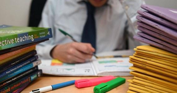 """Nauczycielski ruch """"czerwonych długopisów"""" - zainspirowany """"żółtymi kamizelkami"""" - rozpoczął nietypowy protest we Francji. Należący do niego pedagodzy przestali poprawiać pisemne sprawdziany, testy i kartkówki - będą z góry stawiać ucznion najwyższe stopnie. Protestujący nauczyciele żądają w ten sposób wyższych płac i lepszych warunków pracy."""