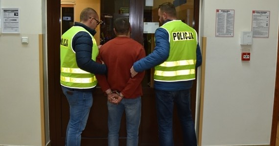 37-letni mężczyzna, który w piątek 4 stycznia oblał swoją żonę substancją łatwopalną i ją podpalił, trafił do aresztu. Do zdarzenia doszło w Śremie w Wielkopolsce.