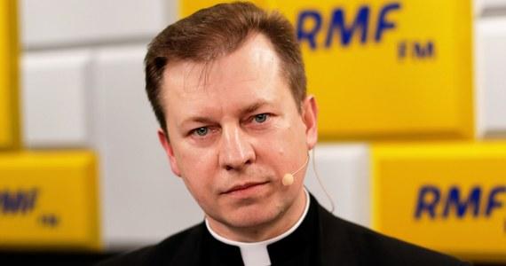 """W sprawie pedofilii stanowisko Kościoła jest jasne i zdecydowane – mówił w Popołudniowej rozmowie w RMF FM rzecznik Konferencji Episkopatu Polski ks. Paweł Rytel-Andrianik. """"Po pierwsze księża biskupi mówią tak: przepraszamy Boga i ofiary. To powiedzieli 19 listopada na Jasnej Górze. Po drugie, jeśli ktoś ma informacje na ten temat, to zgodnie z prawem polskim i wytycznymi KEP ma obowiązek zgłaszania. Po trzecie mówią do kapłanów, po raz pierwszy do sprawców się zwracają, że okryli hańbą braci kapłanów"""" – dodał gość Marcina Zaborskiego. Podkreślił także, że zgodnie z wolą Stolicy Apostolskiej zaplanowane jest spotkanie arcybiskupa Stanisława Gądeckiego z ofiarami księży pedofilów. """"Będzie to spotkanie prywatne, przez szacunek dla tych osób"""". Zaznaczył, że to """"perspektywa najbliższych tygodni""""."""