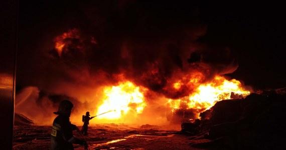 Na Gorącą Linię RMF FM w nocy dostaliśmy informację o pożarze wysypiska śmieci w Koniecpolu na Śląsku. Jak powiedzieli nam strażacy ogień widać było z daleka. Walczyło z nim 35 jednostek gaśniczych. Nad ranem pożar udało się opanować.