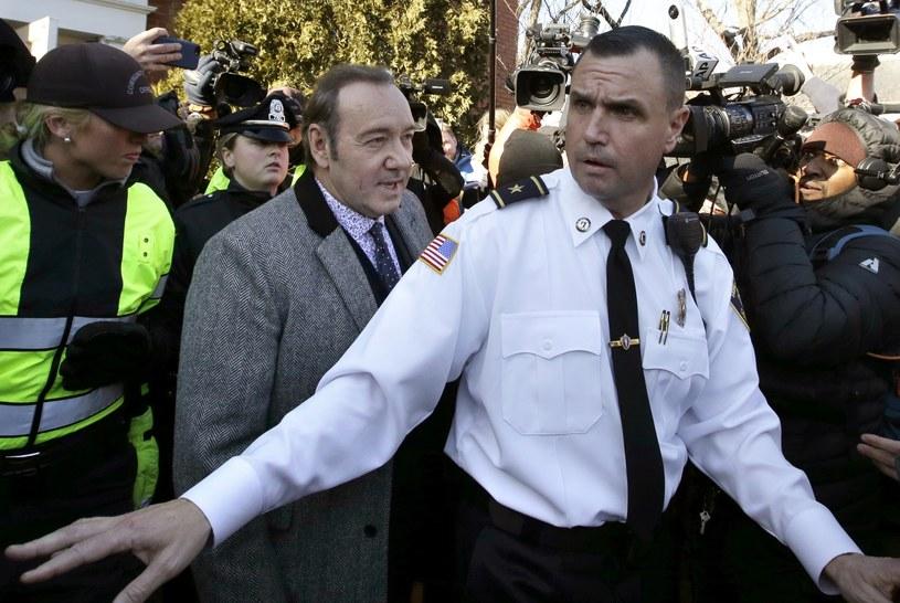 W poniedziałek, 7 stycznia, Kevin Specey zeznawał w procesie, który toczy się przeciwko niemu. Aktor jest oskarżony o seksualne napastowanie osiemnastolatka. Do zdarzenia miało dojść w 2016 roku. Zaledwie kilka godzin po rozprawie aktor znów zwrócił na siebie uwagę stróżów prawa.