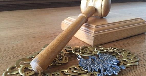 Przed Sądem Okręgowym w Słupsku ruszył proces 43-letniego Daniela M. z Debrzna, oskarżonego o zabójstwo żony Angeliki J. Do zbrodni doszło 20 lat temu. Ciało kobiety znaleziono dopiero dwa lata temu. Mężczyzna jest też oskarżony o wyłudzenie niesłusznie pobieranych alimentów na małoletnią córkę.