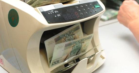Pracownicy Narodowego Banku Polskiego mogą liczyć na ogromne dodatki do pensji. Po pytaniach dziennikarzy NBP ujawnił, co składa się na bajecznie wysokie wynagrodzenia w banku. Według mediów, dwie najbliższe współpracowniczki prezesa banku Adama Glapińskiego zarabiają nawet 65 tysięcy złotych. Bank zaprzecza, ale równocześnie odmawia ujawnienia konkretnych zarobków.