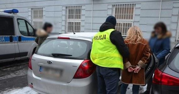 Gdańska policja zatrzymała 57-latkę w związku z włamanie do sejfu 82-letniego mężczyzny, którym opiekowała się kobieta. Ze skrytki gdańszczanina zginęły warte w sumie pół miliona złotych oszczędności w różnych walutach.
