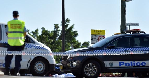 Australijska policja poinformowała, że aresztowała mężczyznę podejrzanego o wysyłanie pocztą do ambasad i konsulatów potencjalnie niebezpiecznych przesyłek. 48-latka zatrzymano w środę w jego domu w stanie Wiktoria w południowo-wschodniej Australii.