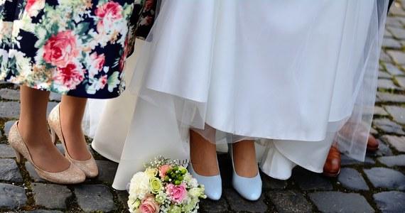 """Sąd w duńskim mieście Kolding skazał na dwa lata i sześć miesięcy więzienia 50-letniego mężczyznę, który zgwałcił swoją córkę. Jak pisze gazeta """"Jydske Vestkysten"""", miał się tego dopuścić w swoją noc poślubną."""