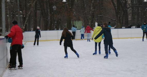 W pięciu województwach w sobotę rozpoczynają się ferie zimowe. W pozostałych rozpoczną się one za tydzień, dwa tygodnie lub za cztery. Dwutygodniowa przerwa w zajęciach, zależnie od województwa, nastąpi między 12 stycznia a 24 lutego.
