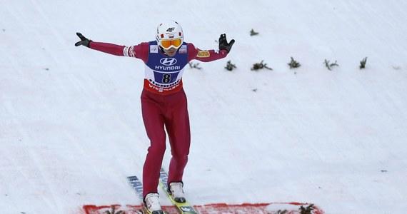 Po siedmiu latach włoskie Predazzo znów będzie gospodarzem zawodów Pucharu Świata w skokach narciarskich. To miejsce wyjątkowe dla biało-czerwonych. Sukcesy odnosili tam i Adam Małysz i Kamil Stoch. Dziś popołudniu w planach kwalifikacje, a w sobotę i niedzielę dwa indywidualne konkursy Pucharu Świata. O nowy rekord może pokusić się Ryoyu Kobayashi.