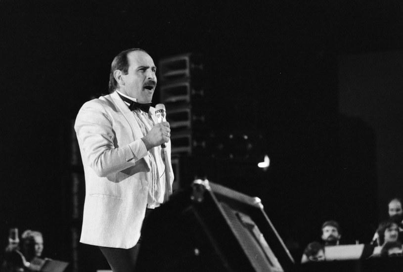 """Książka """"Serca bicie. Biografia Andrzeja Zauchy"""", która miała premierę 15 września, ukazuje się niemal 29 lat od tragicznej śmierci jednego z najwybitniejszych polskich wokalistów. Swoją popularność zawdzięczał głębokiemu i aksamitnemu barytonowi oraz nieprawdopodobnej wręcz muzykalności. Autorzy biografii ujawniają w książce nieznane fakty z życia piosenkarza."""