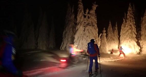 Beskidzcy goprowcy uratowali snowboardzistę, który jeździł poza wyznaczonymi trasami w rejonie Pilska. Utknął w lesie, tracąc orientację. Był bardzo zmęczony. Po kilkugodzinnej akcji ratownicy przewieźli go do schroniska na Halę Miziową – podało GOPR.