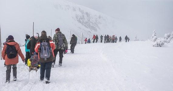 Na Śnieżce, najwyższym szczycie Karkonoszy, leży niemal dwa metry śniegu. Warunki w górach są trudne - pracownicy Karkonoskiego Parku Narodowego zalecają, aby nie wychodzić w szczytowe partie gór. Z uwagi na osuwający się śnieg zamknięto Wąwóz Kamieńczyka.