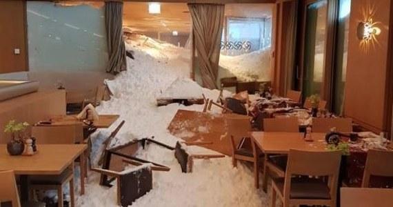 Trzy osoby zostały poszkodowane po tym, jak lawina spadła na hotel w Schwägalp w Szwajcarii. Zwały śniegu przez okna wdarły się do restauracji w chwili, gdy goście jedli kolację. Pod śniegiem znalazło się 25 samochodów na parkingu. Policja zarządziła ewakuację narciarzy i sprawdza, czy nikt nie zaginął.
