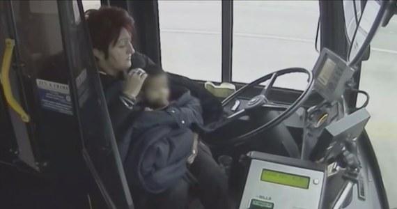Irena Ivic, kierująca autobusem w Milwaukee w USA jest bohaterem internetu. Kobieta nie wahała się ani chwili, kiedy zobaczyła małe dziecko biegnące na mrozie bez butów poboczem drogi. Zatrzymała pojazd, by zaopiekować się dziewczynką.