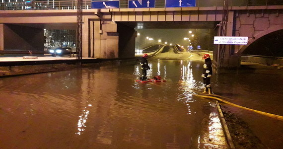 Awaria wodociągu przy al. 29 listopada i ul. Opolskiej w Krakowie spowodowała w piątkowy poranek duże korki w stolicy Małopolski. Służby przez cały piątek usuwały awarię.