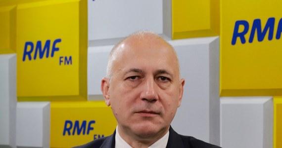 """""""Coraz częściej tego typu argumenty padają. Padają nie tylko tutaj w Polsce, ale i w innych krajach"""" - stwierdził Gość Krzysztofa Ziemca w RMF FM, minister spraw wewnętrznych i administracji Joachim Brudziński pytany o ewentualne wykluczenie firmy Huawei z polskiego rynku po zatrzymaniu podejrzanego o szpiegostwo jednego z dyrektorów Huawei. """"Wydaje mi się, że w tej sprawie najrozsądniejszym byłoby, aby było wspólne stanowisko państw członków Unii Europejskiej i państw członków NATO"""" - dodał."""