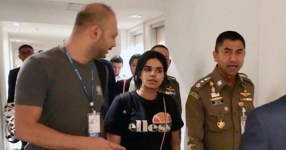 Saudyjska nastolatka, która obawiając się prześladowań ze strony rodziny schroniła się na lotnisku w Bangkoku i odmówiła powrotu do ojczyzny, otrzymała azyl w Kanadzie i znajduje się już na pokładzie samolotu. Kanada potwierdziła informację o azylu.