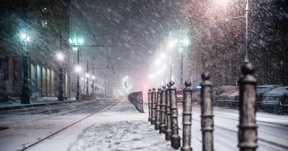 Na 1450 km warszawskich ulic pracuje 170 pługosolarek, które zabezpieczają jezdnie przed śliskością - poinformował Zarząd Oczyszczania Miasta. W znacznej części kraju występują opady śniegu.