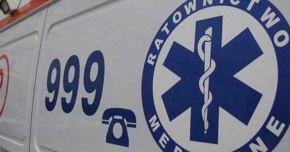 Dwóch mężczyzn trafiło do szpitala z objawami podtrucia spalinami samochodowymi. Dogrzewali się w samochodzie zaparkowanym w garażu w Rawie Mazowieckiej.
