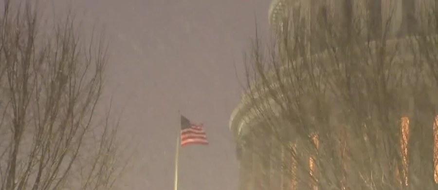 Silne opady śniegu nawiedziły Waszyngton. W niedzielę spadło prawie 18 centymetrów śniegu. To największa burza śnieżna w stolicy USA od stycznia 2016 roku. Padało nieprzerwanie przez ponad 26 godzin. Władze zaapelowały o ograniczenie ruchu drogowego z powodu słabej widoczności. Ruch autobusów miejskich został wstrzymany.
