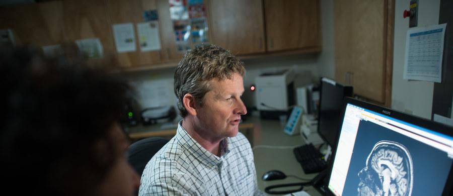 """Nawet niewielki kontakt z marihuaną prowadzi w młodym wieku do zmian struktury mózgu - przestrzegają na łamach czasopisma """"The Journal of Neuroscience"""" naukowcy z University of Vermont (UVM). Wyniki ich badań pokazują, że już po kilku pierwszych przypadkach użycia narkotyku zwiększa się objętość materii szarej w niektórych rejonach mózgu nastolatków. Zdaniem autorów pracy, w krajach, które rozważają ewentualną legalizację marihuany, trzeba brać to pod uwagę."""