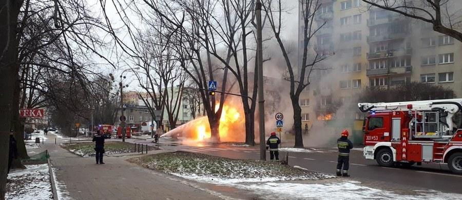 Jedna osoba ranna w pożarze gazociągu niskiego ciśnienia przy ul. Lutomierskiej w Łodzi. Prewencyjnie ewakuowano ponad 50 osób z dwóch pobliskich budynków - ustaliła dziennikarka RMF FM-Agnieszka Wyderka.