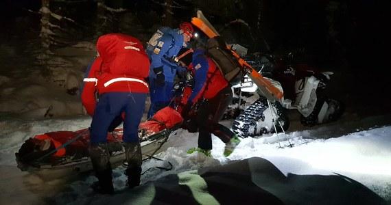 Nocna akcja GOPR w Parku Narodowym Gór Stołowych. Pomocy potrzebował mężczyzna, który spadł z wysokości i kilka godzin nieprzytomny leżał w śniegu. Turysta sam wezwał pomoc.