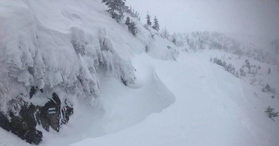 Ratownicy TOPR ogłosili we wtorek po południu czwarty, wysoki stopień zagrożenia lawinowego. Sytuacja w górach ponownie jest bardzo niebezpieczna. Ratownicy odradzają wszelkie wyjścia w góry.
