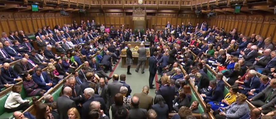 Izba Gmin zagłosowała przeciwko proponowanemu przez rząd Theresy May projektowi umowy wyjścia Wielkiej Brytanii z Unii Europejskiej. Przeciwko propozycji głosowało 432 posłów przy zaledwie 202 głosach poparcia. Jak komentują tę sytuację politycy z różnych krajów? Najciekawsze wypowiedzi zebraliśmy poniżej?