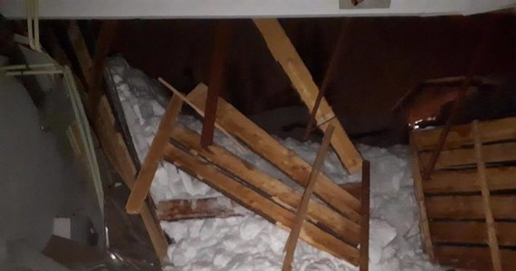 Na północy Słowacji, przy granicy z naszym krajem już w ponad 30 wsiach i trzech miastach ogłoszono stan wyjątkowy z powodu obfitych opadów śniegu. Sytuacja jest też trudna w czeskich Karkonoszach, gdzie obowiązuje czwarty stopień zagrożenia lawinowego.
