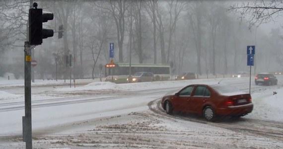Mimo poprawy pogody, w środę rano w Białymstoku w wielu miejscach kierowcy mają problemy z przejazdem. Ruch na śliskich jezdniach jest znacznie spowolniony. W wielu miejscach tworzą się korki.