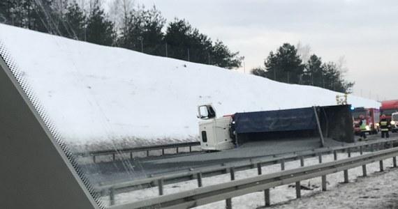 Zablokowana jest autostrada A4 między Mysłowicami a Chrzanowem w stronę Krakowa. W okolicy węzła Byczyna przejazd blokuje przewrócona ciężarówka.